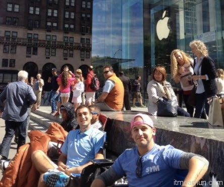 กลุ่มไอแคมเปอร์สไม่ได้เป็นกลุ่มแรกที่เข้าคิวรอซื้อไอโฟนรุ่นใหม่ที่นิวยอร์กซิตี้